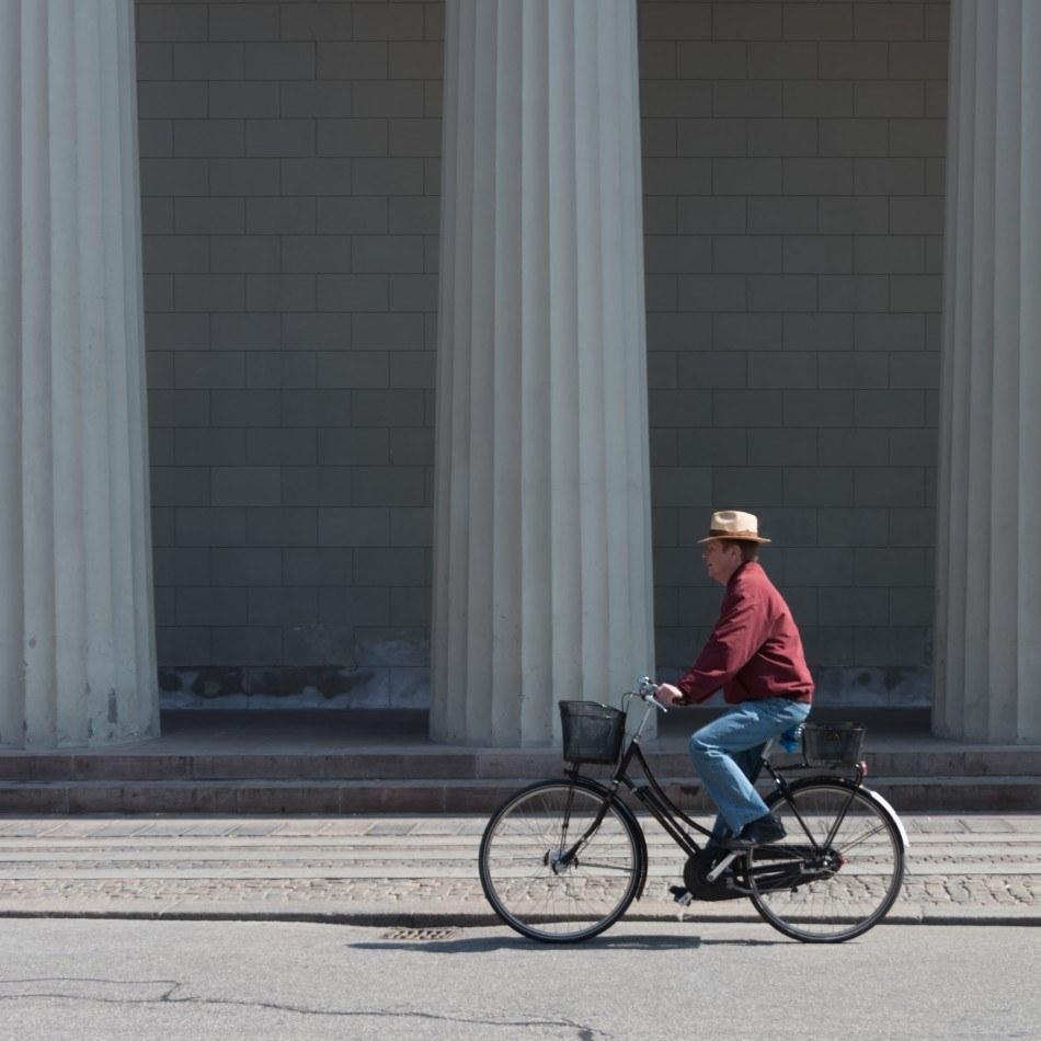 cyklist_ved_vor_frue_kirke