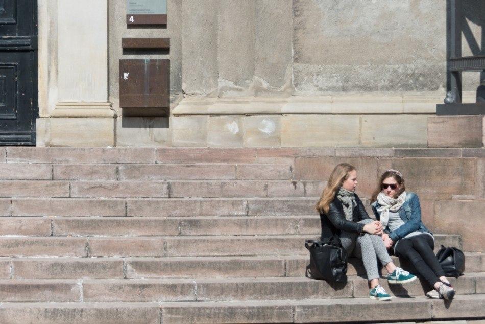 Piger på trappen op til Københavns Universitet - Original