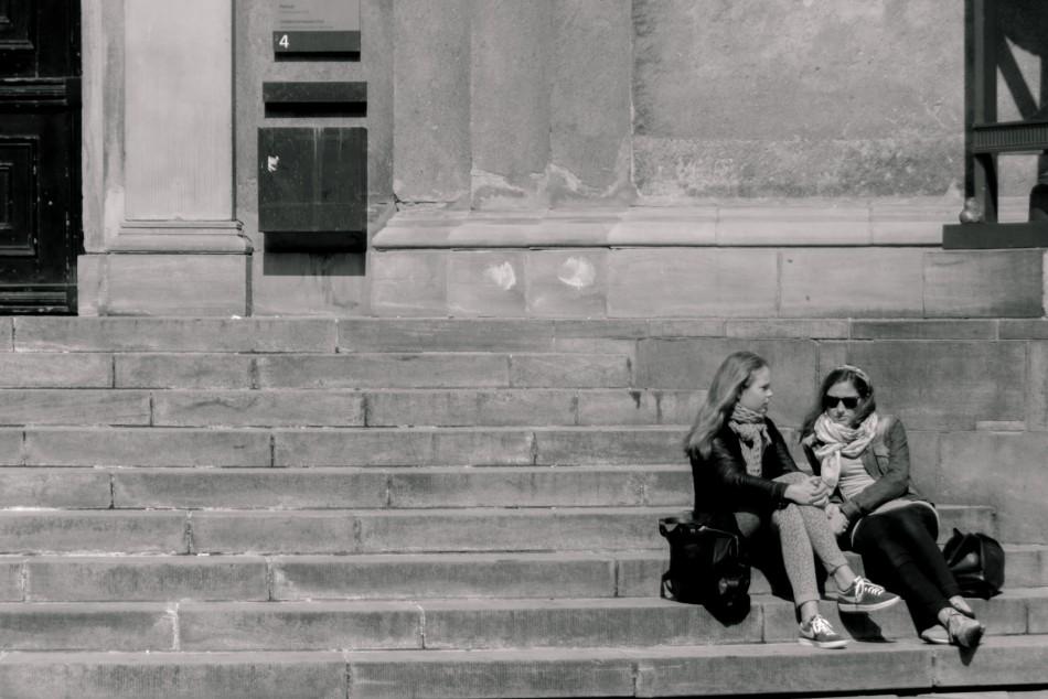 Piger på trappen op til Københavns Universitet - Redigeret